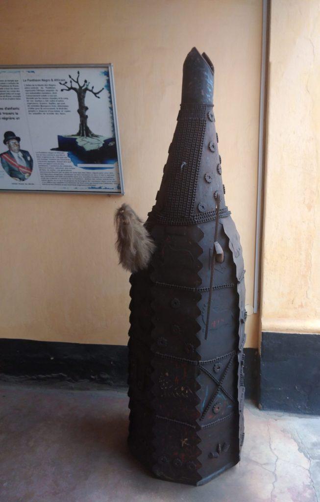 Statue en fer de Zangbéto au Musée da Silva de Porto-Novo