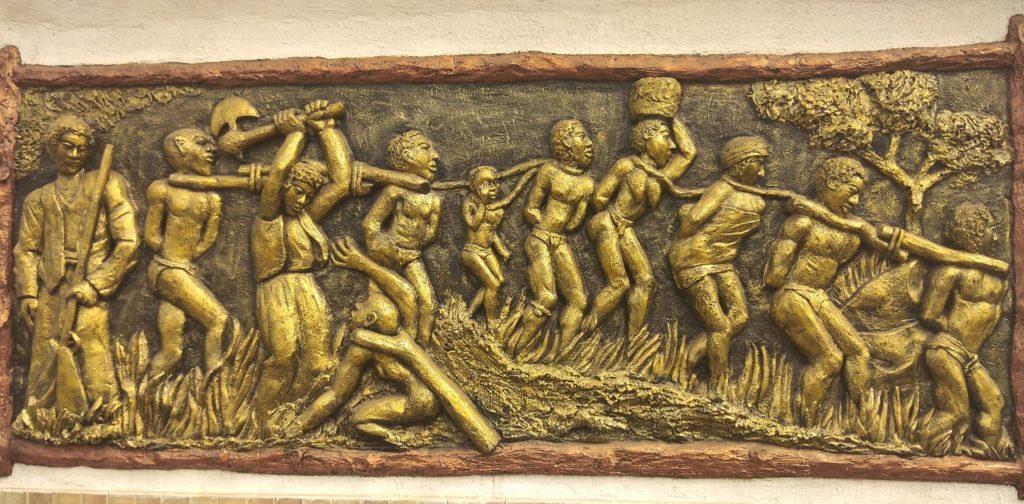 Façade de la cloture du Musée da Silva [Porto-Novo, Bénin] représentant des esclaves afro-brésiliens