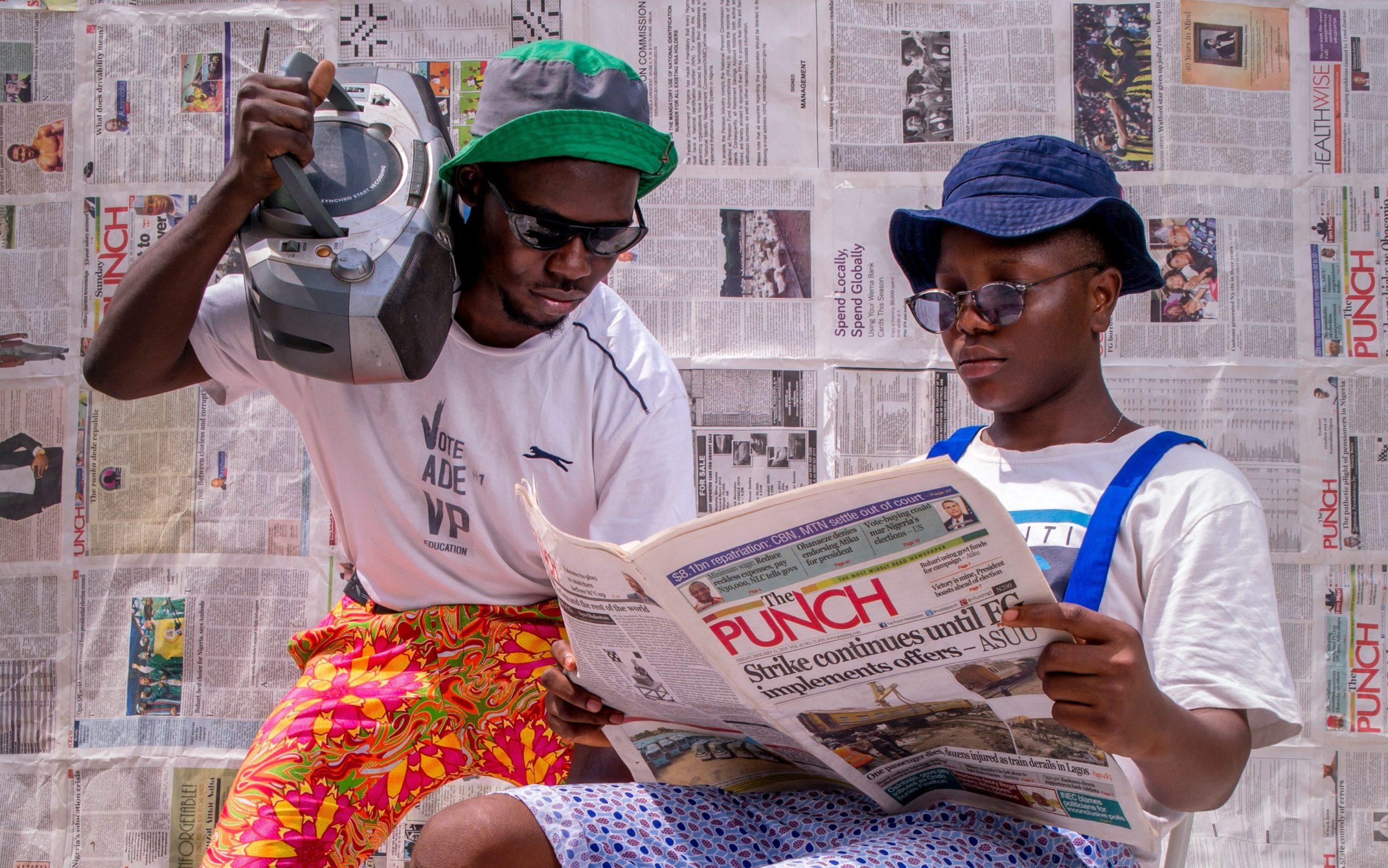 Auditeur de radios en Afrique et lecteur de journal