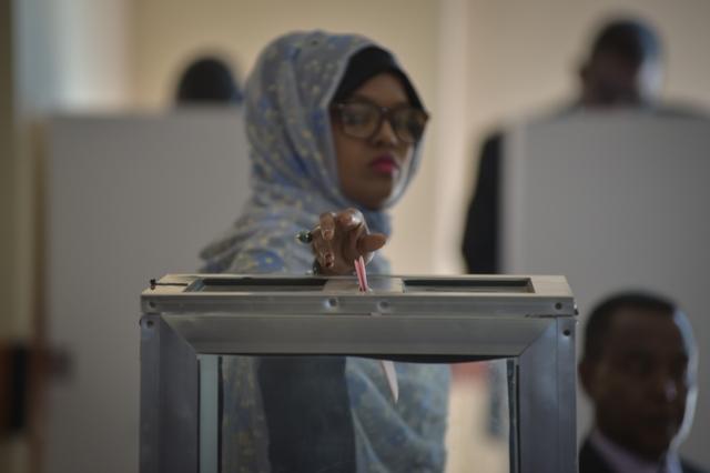 un électeur dans un bureau de vote