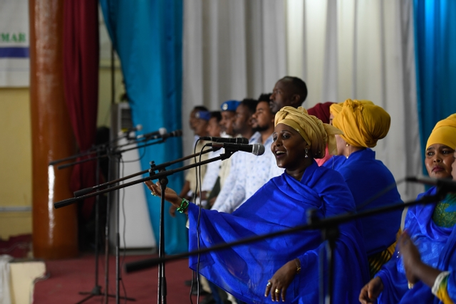 chanteuse africaine performe en langues locales africaines