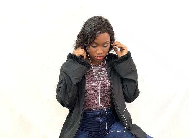 une auditrice de radio branche ses écouteurs la personnalité et la radio