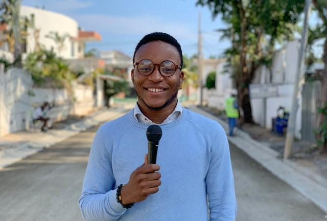journaliste blogueur tenant un micro en reportage